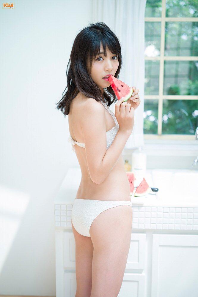 スイカを食べる松永有紗
