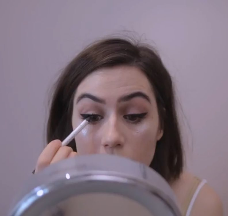 how dodie applies eye-liner vs how I apply eye-linerpic.twitter.com/uJGydonih9