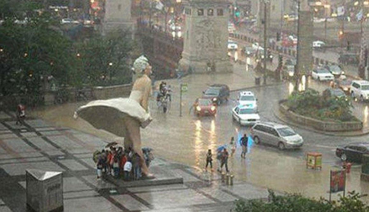 マリリン・モンローのスカートの中で雨宿り @シカゴ