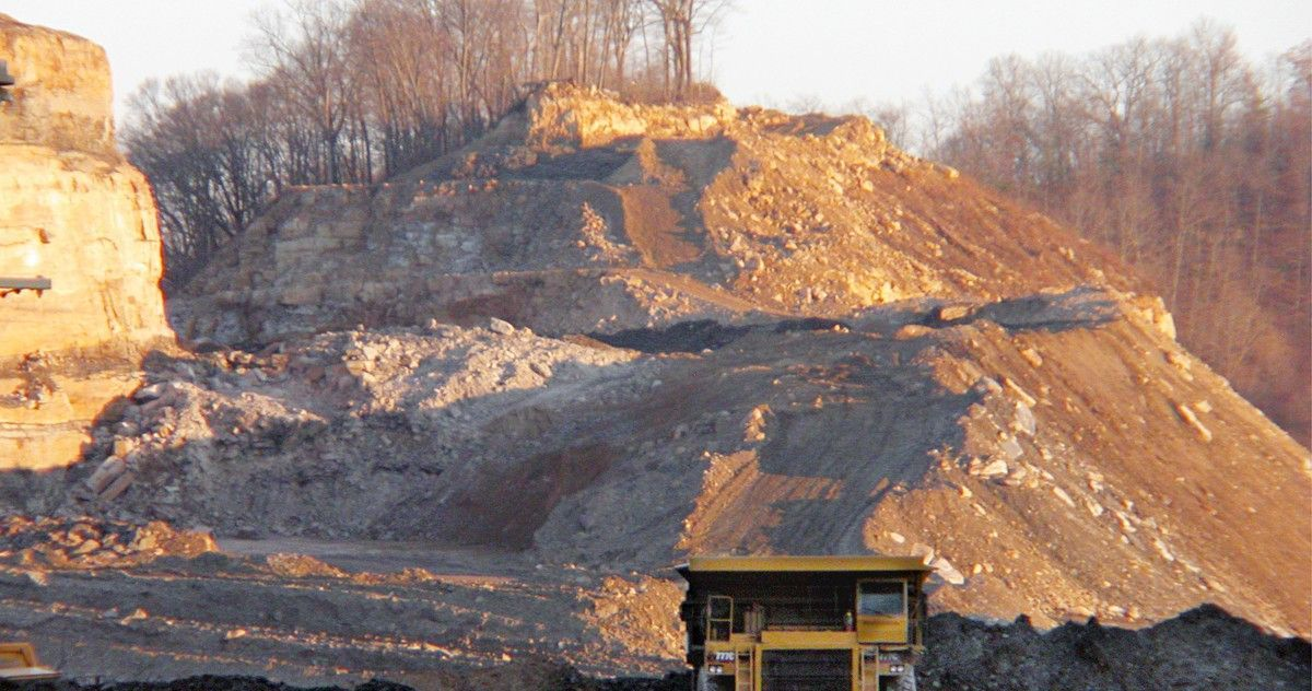 Kentucky coal company wants to build state's largest #solar farm. And will employ former coal miners to do it:  http:// buff.ly/2oFeBGl  &nbsp;  <br>http://pic.twitter.com/lmHIVvnHS8