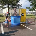 幼女がボールを的に当てると、屈強な軍人がプールに落ちるという謎の儀式をやってる