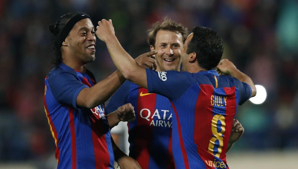 Le Barça a remporté hier le 'Clásico des Légendes' face au Real Madrid (3-2). Doublé de Giuly, trois passes décisives pour Ronaldinho !
