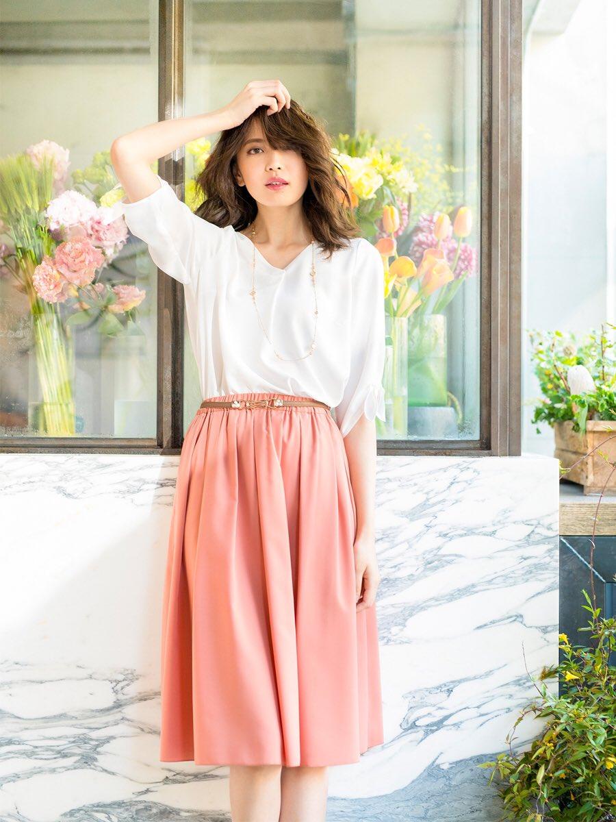 白いトップスにピンクのスカートを合わせた大人可愛いファッションの宮田聡子