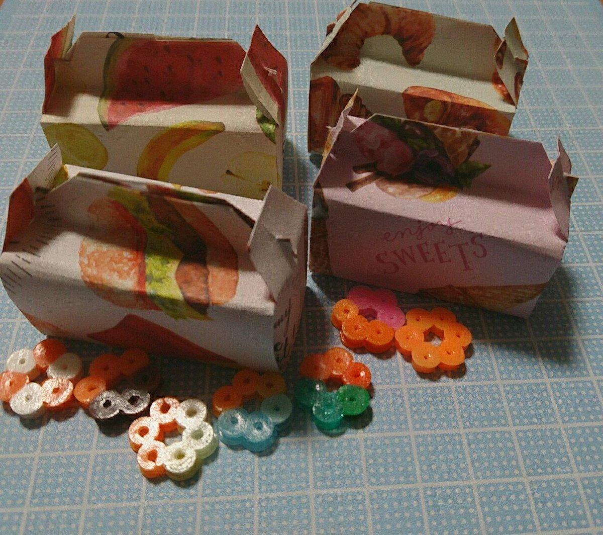 test ツイッターメディア - 折り紙1枚でドーナツバッグ??  セリアで買った食べ物柄折り紙で。  三女がアイロンビーズでドーナツを作ってくれましたΨ( 'ч' ☆)  #セリア #折り紙作品 https://t.co/cFbgjlyrKM