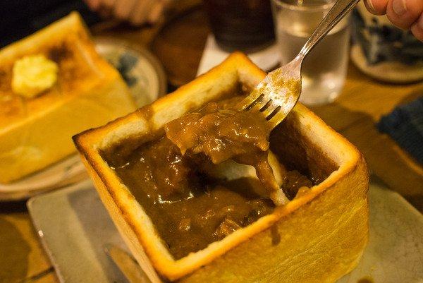 千葉中央駅の「カフェ呂久呂」には、カレーをたっぷり注ぎこんだジャンボトーストがあるよ。食パン1斤まるごと。カレーの下に隠れたパンをフォークで突きさし、 チーズフォンデュみたく食べるよ