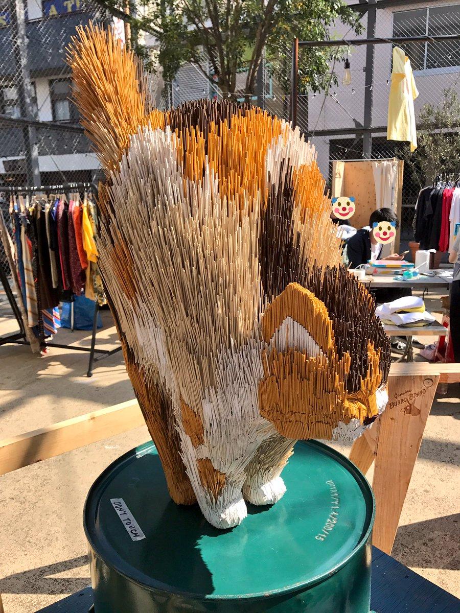 下北猫祭に出品されていた菅本智さん @SatoSugamoto のいきり立つ猫がカッコエー!店の玄関に飾りたいなー。素材は竹串だそうです。 pic.twitter.com/v7qsZdOK63