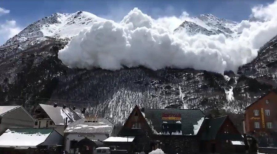 S'agit-il d'un nuage ou d'une avalanche qui dévale les pentes de l'#Elbrouz ? (#VIDEO) https://t.co/nAUoWc8WY1