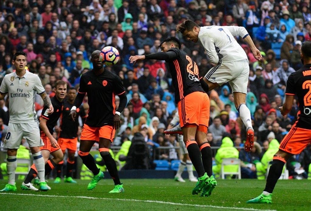 رأسية رونالدو تتقدم لريال مدريد بالهدف الأول في فالنسيا