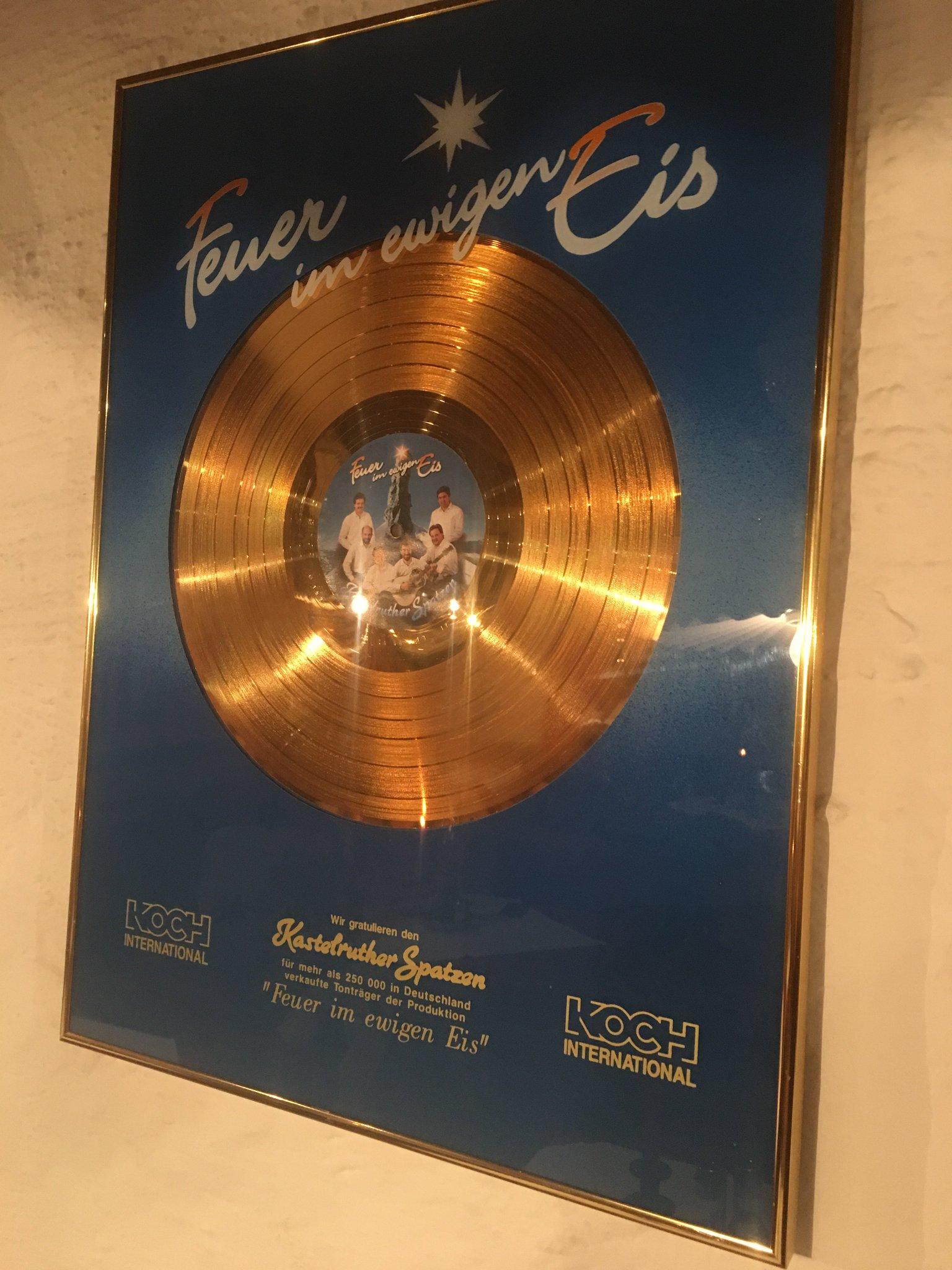 In Kastelruth hängen Goldene Schallplatten im Restaurant 😀 #meurers #südtirol https://t.co/alFY8J5rOn