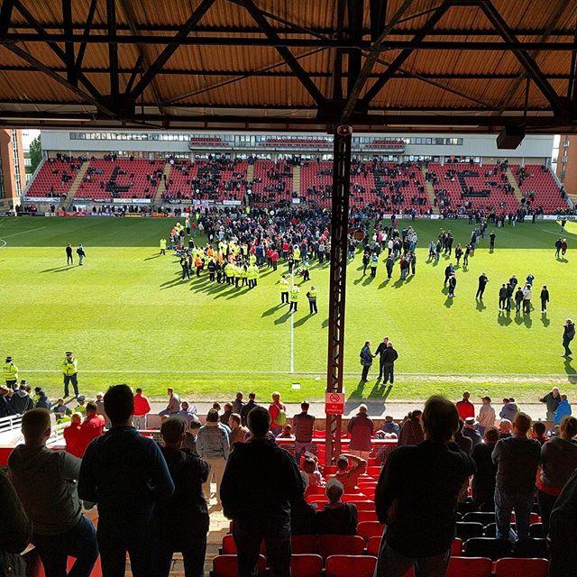 Tifosi invadono il campo del Leyton Orient. Partita col Colchester sospesa - https://t.co/6WvjO7sBCz #blogsicilianotizie #todaysport