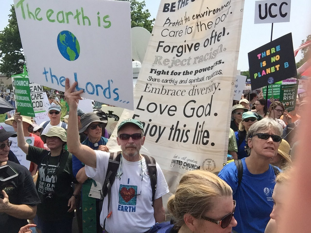 UCC on the move! Marching for climate justice. #climatemarch https://t.co/iJ6ZE7ZRUd