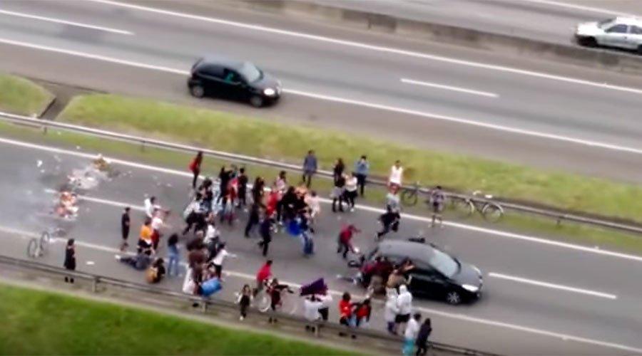 Une voiture percute des manifestants anti-austérité sur une autoroute au #Bresil (VIDEO CHOC) https://t.co/bWU1qzCe8f