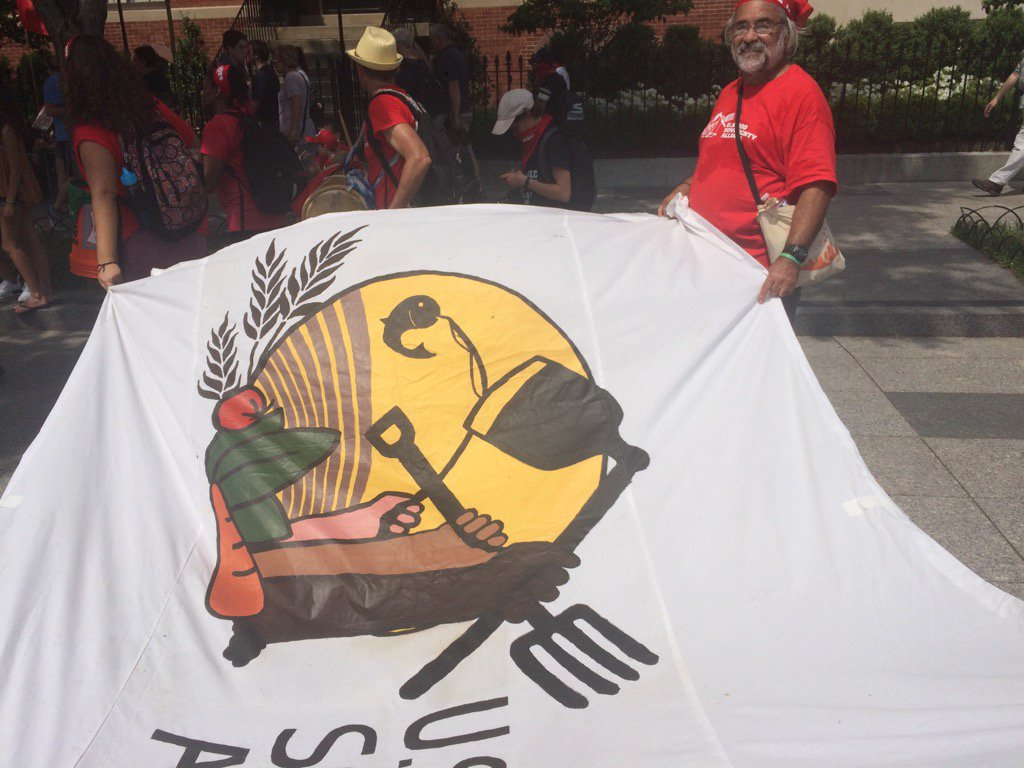 CATA leaders and farmworkers... Presente! #climatemarch #peoplesfood #peoplesclimate @foodsovusa https://t.co/ocLBYxbT5C