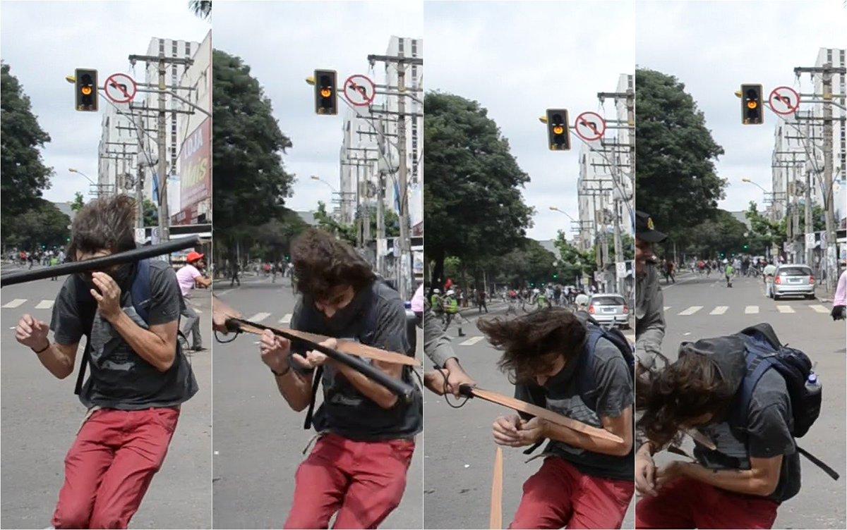 Sequência de fotos mostra que cassetete de PM quebrou ao atingir rosto de estudante em Goiânia; veja #G1 #protestos https://t.co/4swuEKcSq1