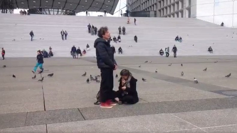 #Paris : un artiste aboie pendant trois heures «en résistance» au Front National (VIDEO) https://t.co/HxH3Pp1Ayg