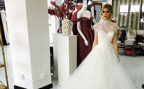 See the exclusive photos of actress @FollowCarlson's @CSiriano wedding dress! https://t.co/m6dwLKL3ya https://t.co/3IvsIFQAVA