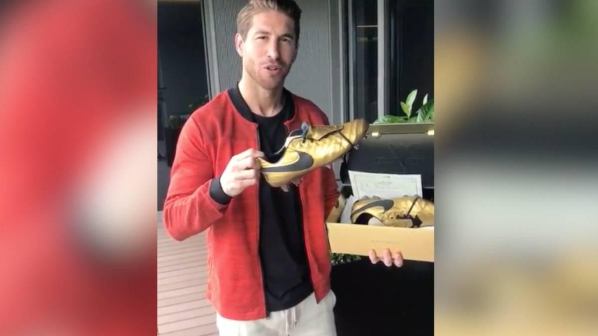 Francesco Totti regala un paio di scarpe da calcio a Sergio Ramos del Real Madrid