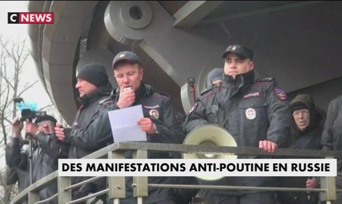 En Russie, des opposants à Vladimir #Poutine manifestent contre un possible nouveau mandat https://t.co/v0RIlV3IC2