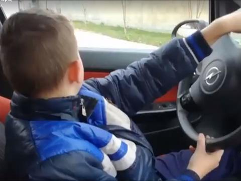 #Rediff VIDÉO. Il laisse son fils de 10 ans conduire sa voiture. Erreur https://t.co/IPAn5CP0DF