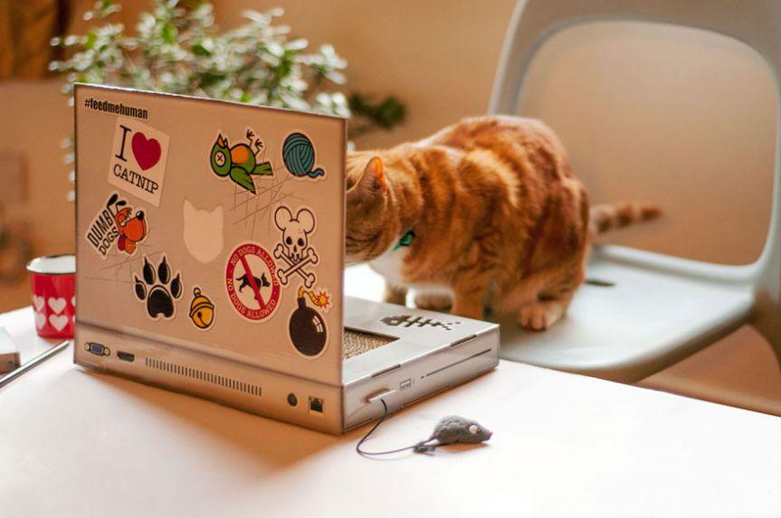 ネコにパソコン邪魔されるならいっそ猫にパソコンを与えようというパソコン型爪とぎが最高に可愛い マウスがマウスなの可愛すぎでしょ