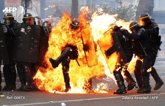 URGENT 🇫 #Paris🇷  Le policier «sérieusement brûlé» de la CRS 51 (Saran) est en état d'urgence absolue selon France https://t.co/htbiWDt7yW3 ►