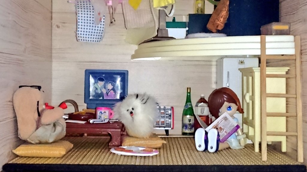 test ツイッターメディア - ドールハウス「クマの部屋」2階左端から右端に移動????ロフト床にはダイソーの木目調折り紙を使用。コレは小部屋やちょっとしたミニチュア家具などに使えて便利かと?ロフトからは天井に吊るしたタオル掛けに洗濯物を干す事が出来るようにしました????梯子は手作り???? #ドールハウス #ダイソー https://t.co/9cU6hoxUK2