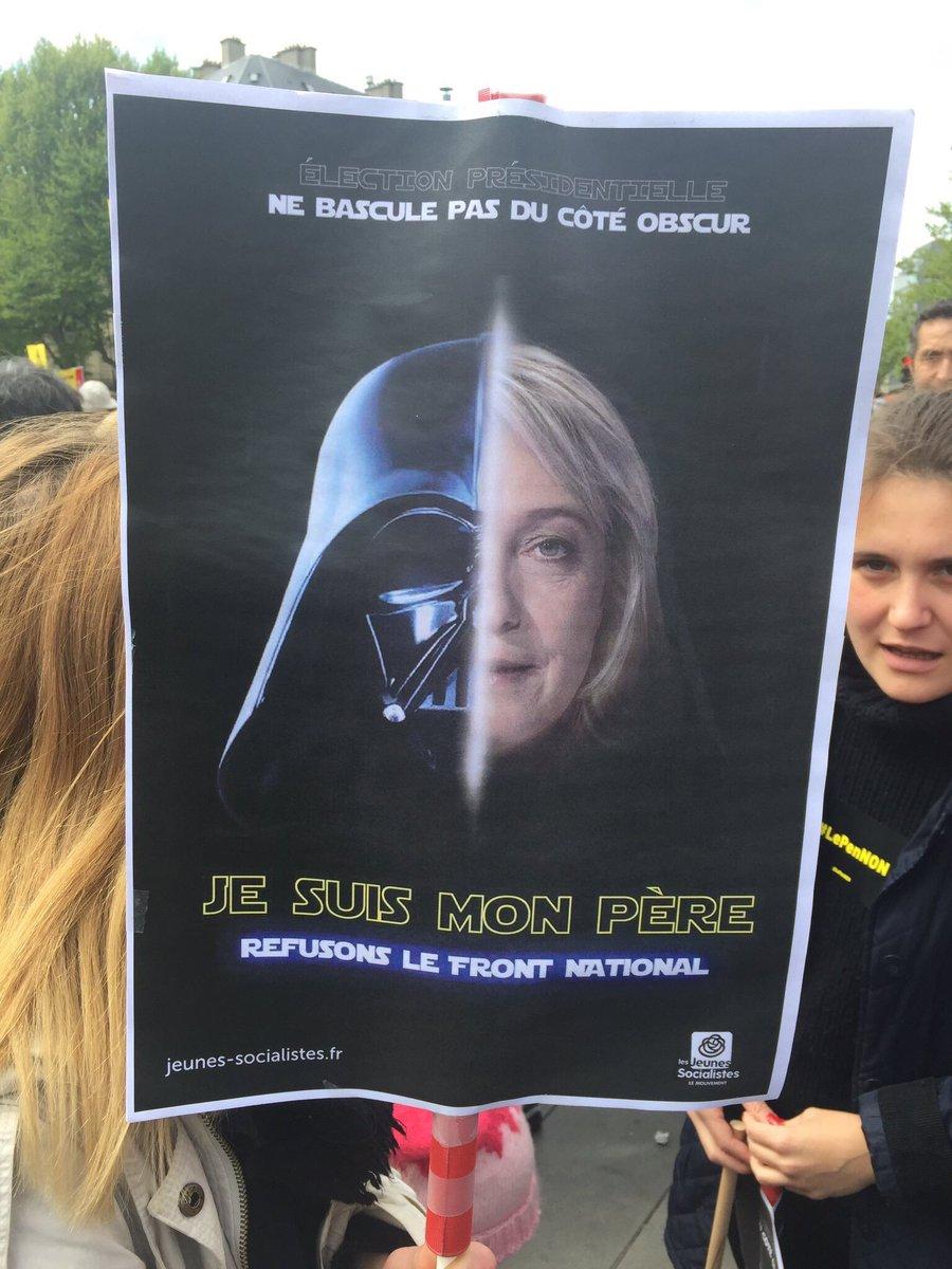 Certaines pancartes à #République sont magiques 💓#LePenNon #1ermai