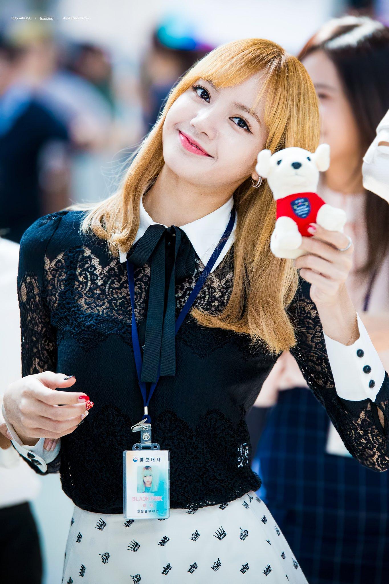 Imutnya Lisa dengan Boneka Kecil Kesayangannya