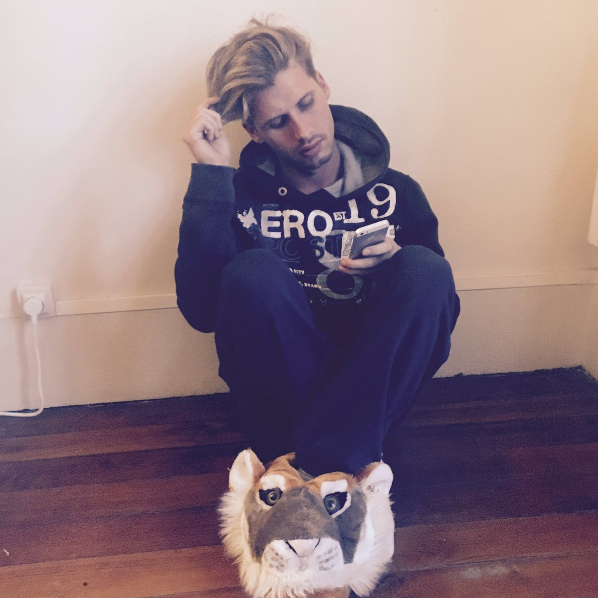 #Caroline #receveur #chilling #parquet #cornichon #tigerpic.twitter.com/PSN1rVM3x5