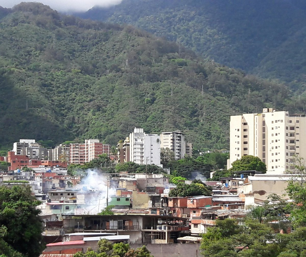 @AereoMeteo Ataque con químicos a residencias en el barrio chapellin Caracas 1-5-2017 3 PM https://t.co/8avWa8p8Sf