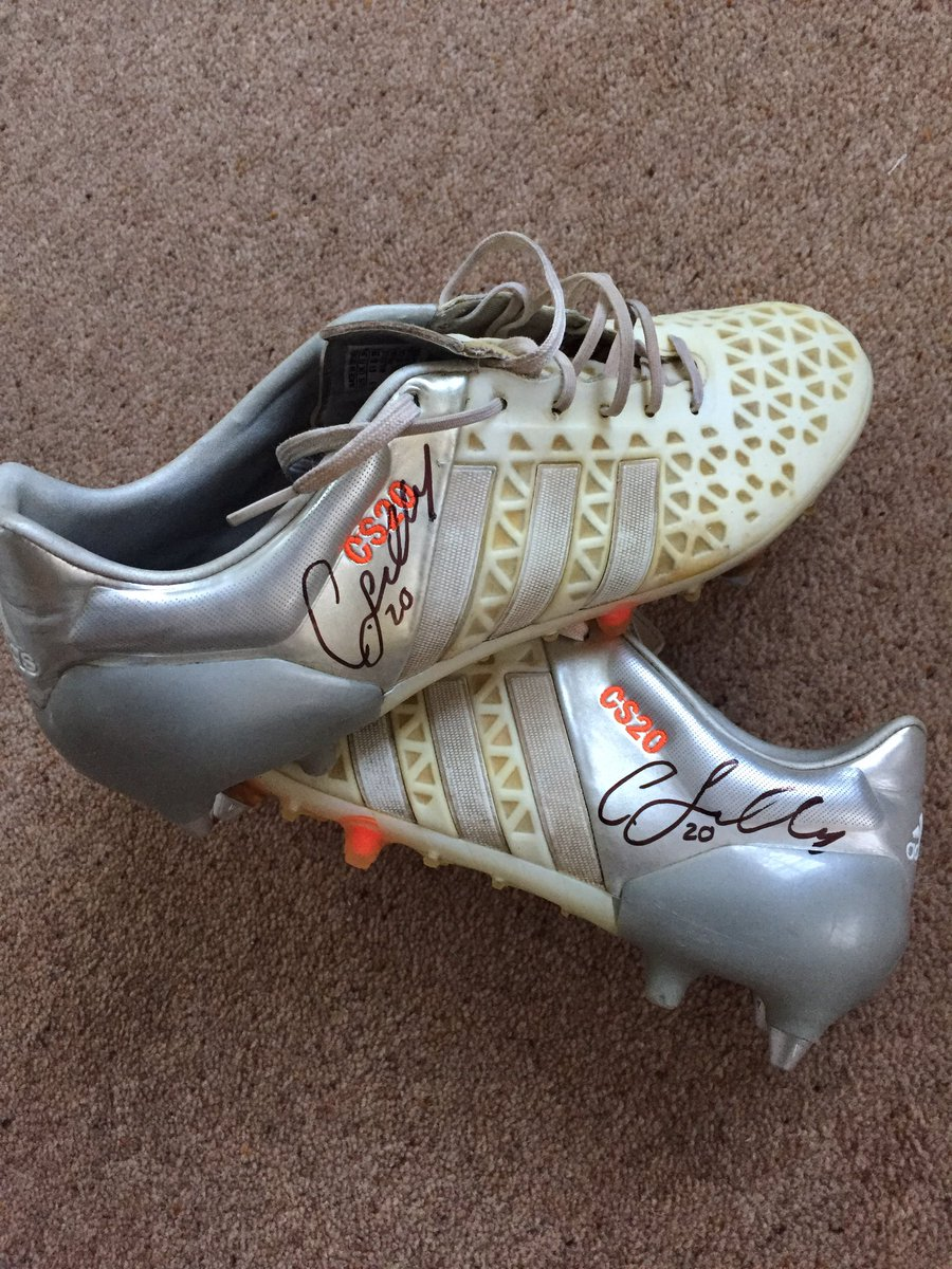Everyone go follow @PlayersEliteAc and retweet this for a chance to win a signed pair of my match worn boots
