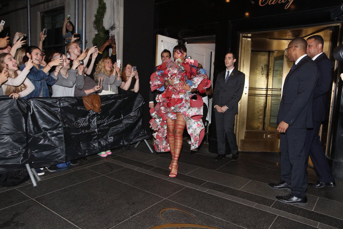 Rihanna leaving The Carlyle minutes ago. Here are the rest of the #MetGala arrivals: https://t.co/ckb09blNXt https://t.co/kk2yeagSEd