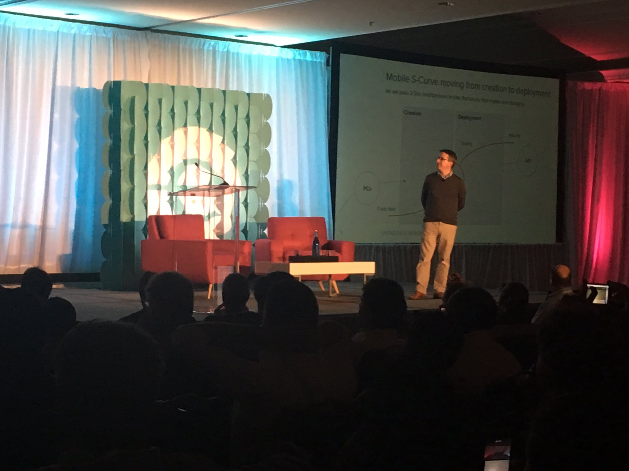 """Talking about mobile now is like talking about PCs in 2000"" - @BenedictEvans on how Mobile is Eating the World #endeavorretreat https://t.co/ZBtDkSXfD6"