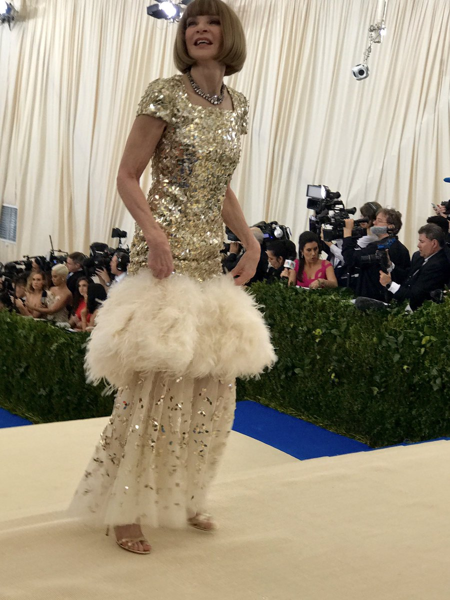Anna Wintour arrives at the #MetGala in Chanel, 'natch ... https://t.co/TZR6xoIJEv