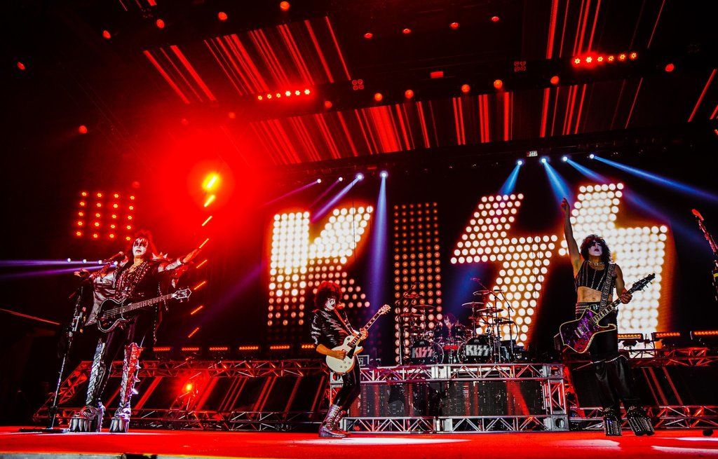 RT KISSOnline : #KISS destroying #Moscow, #Russia during last night's #KISSWORLD2017 Tour opener! … https://t.co/f0rTs2OPk5) https://t.co/fCUjiKPxPD