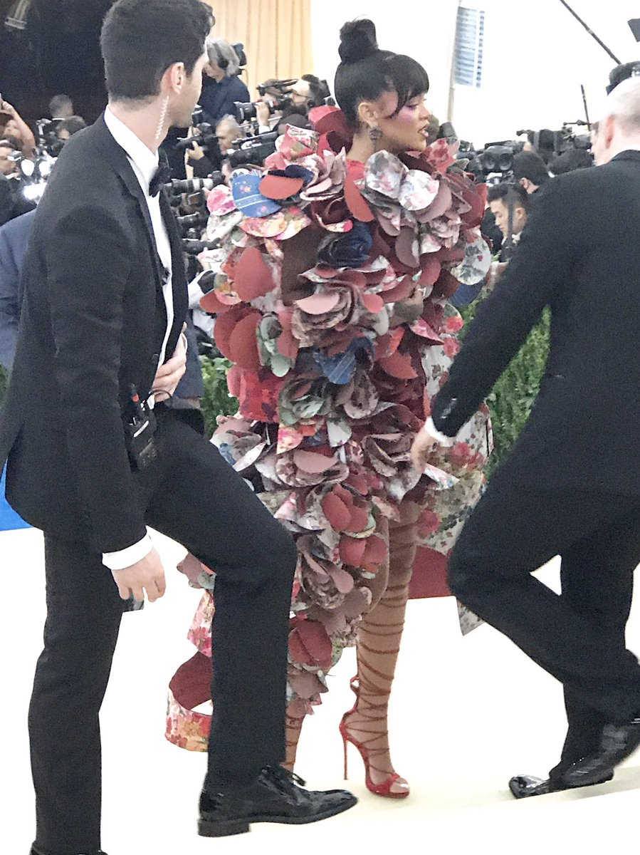 Rihanna arrives in Comme des Garcons ... #MetGala https://t.co/eYRjWnYZbE