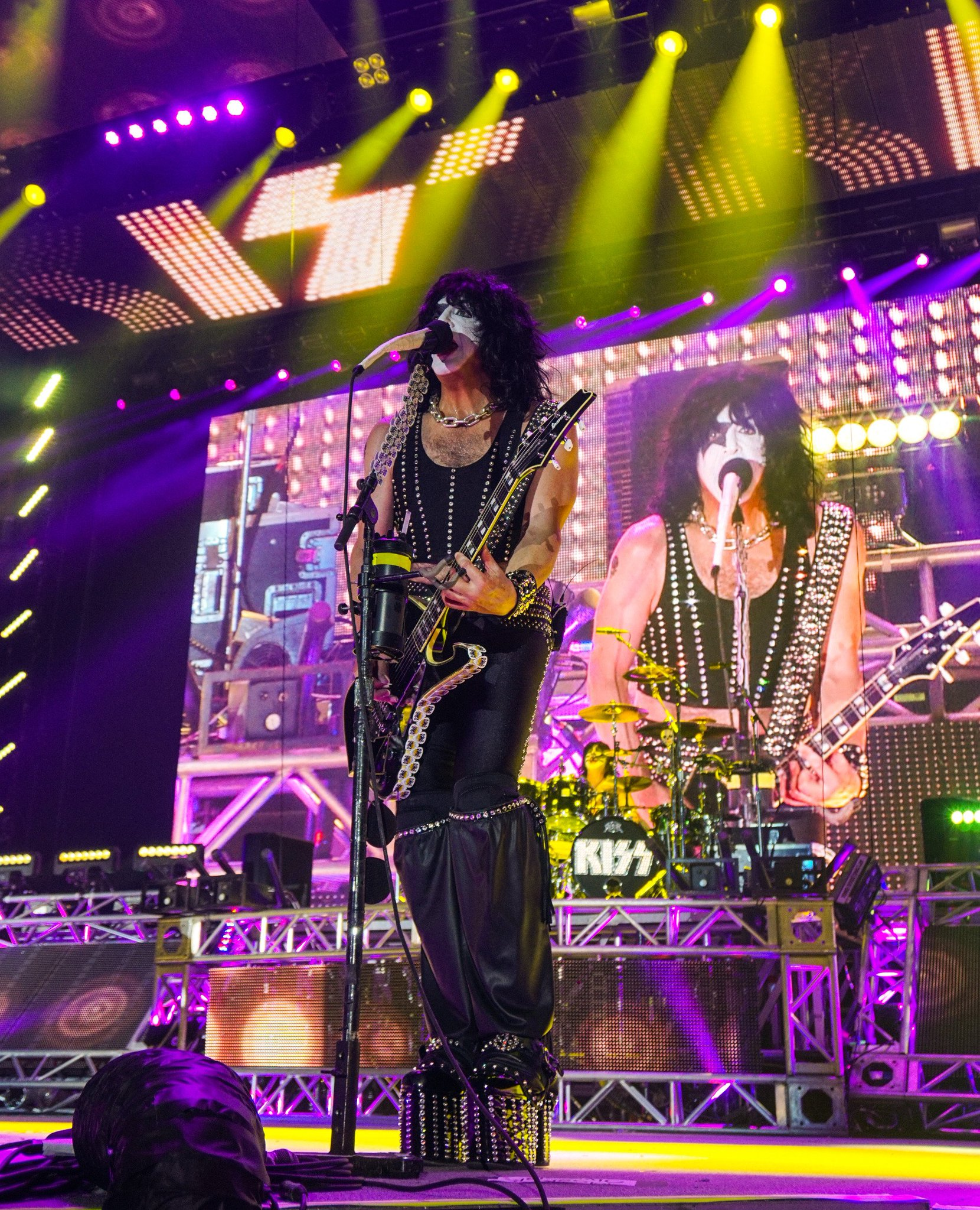 .@PaulStanleyLive belting it out in #Moscow, #Russia during #KISS' Tour opener last night. #KISSWORLD2017 https://t.co/z9dlMX60Lr