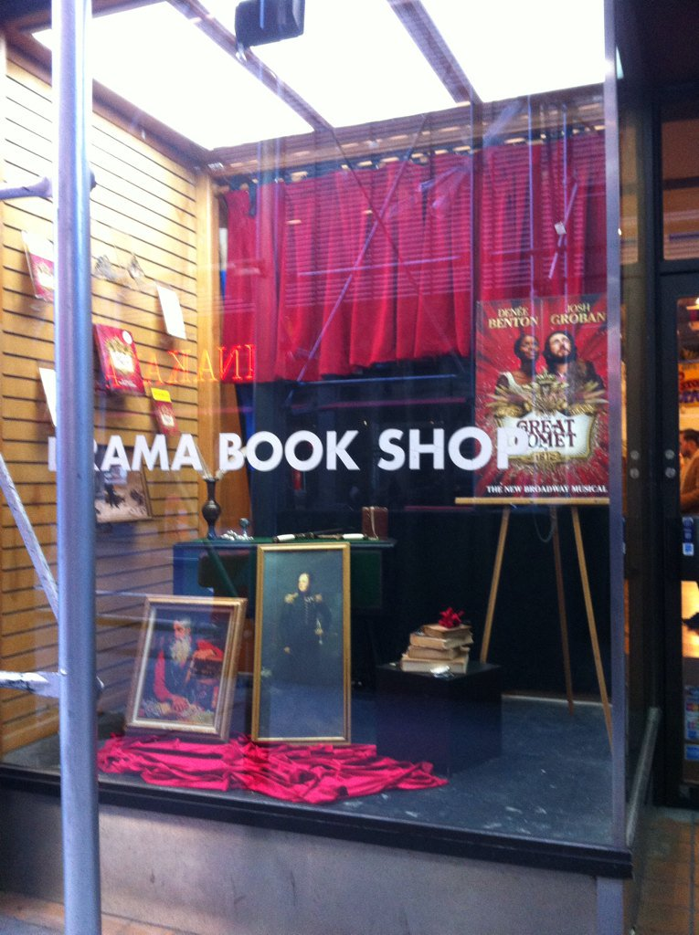 Love @dramabookshop's @GreatCometBway themed window! https://t.co/XRLSwfTFAy