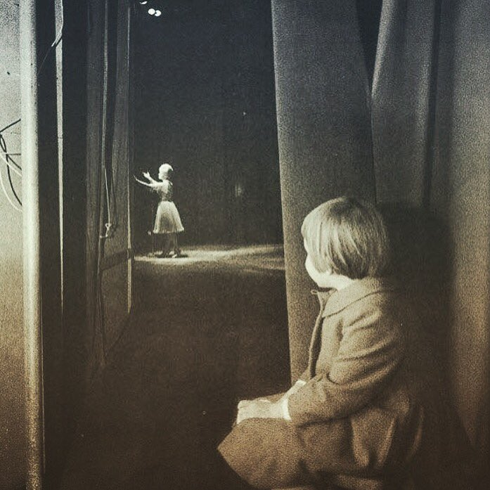 Carrie Fisher waits in the wings while Debbie Reynolds takes her final bow. https://t.co/EUAZfo5Unh
