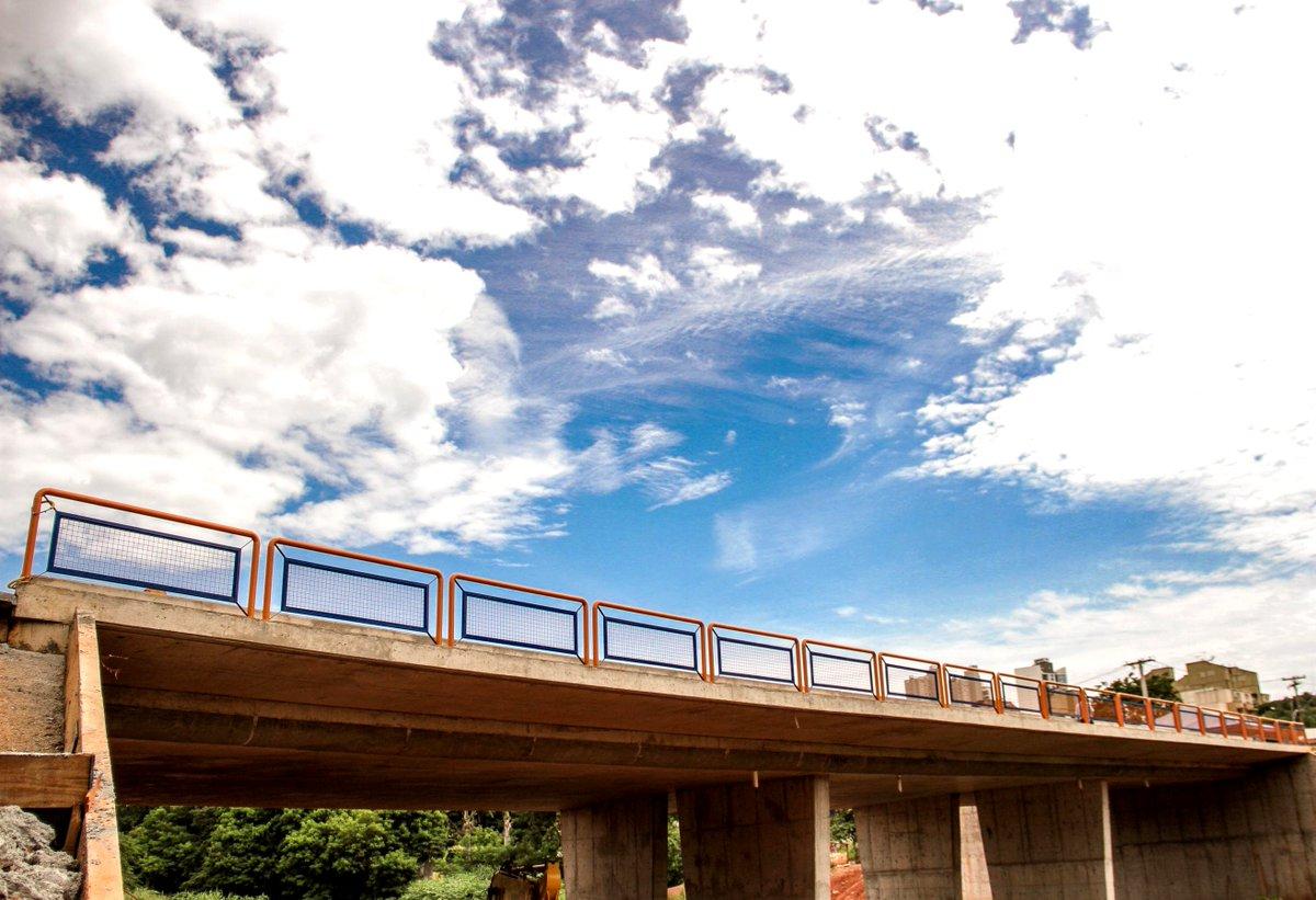 Ponte da Rua 1018 é inaugurada no Setor Pedro Ludovico http://goo.gl/4zOBko #Trânsito #Ponte #SetorPedroLudovico pic.twitter.com/qfiIiS3Wyr