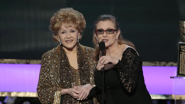 (LA Times) #Debbie #Reynolds suffered stroke while making funeral arrangements for..  http://www. inusanews.com/article/469422 1612/debbie-reynolds-carrie-fisher-suffered-stroke-making-funeral-arrangements-daughter &nbsp; … <br>http://pic.twitter.com/26kvXtE7ei
