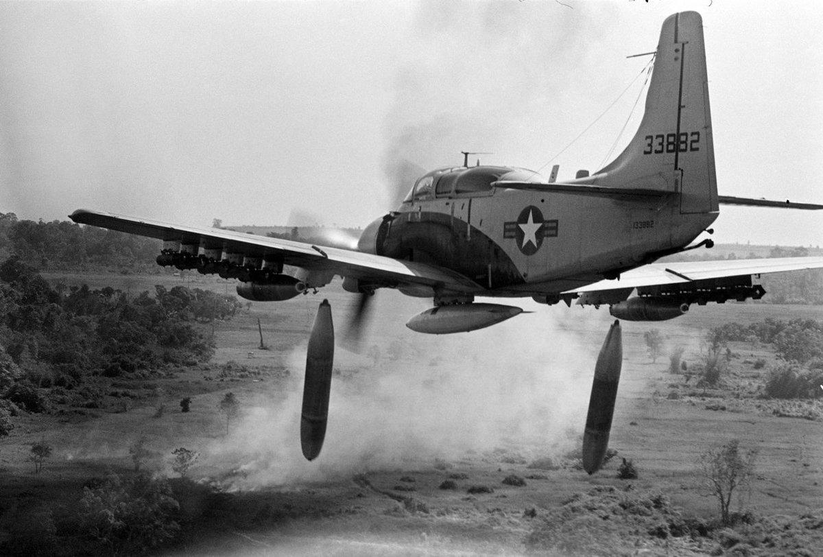 30 déc 1972: Le Pdt #Nixon décide d&#39;arrêter les #bombardements sur le #Vietnam. 7,08 millions de tonnes de #bombes larguées. @EditionsPerrin<br>http://pic.twitter.com/SnbGv4qnnt
