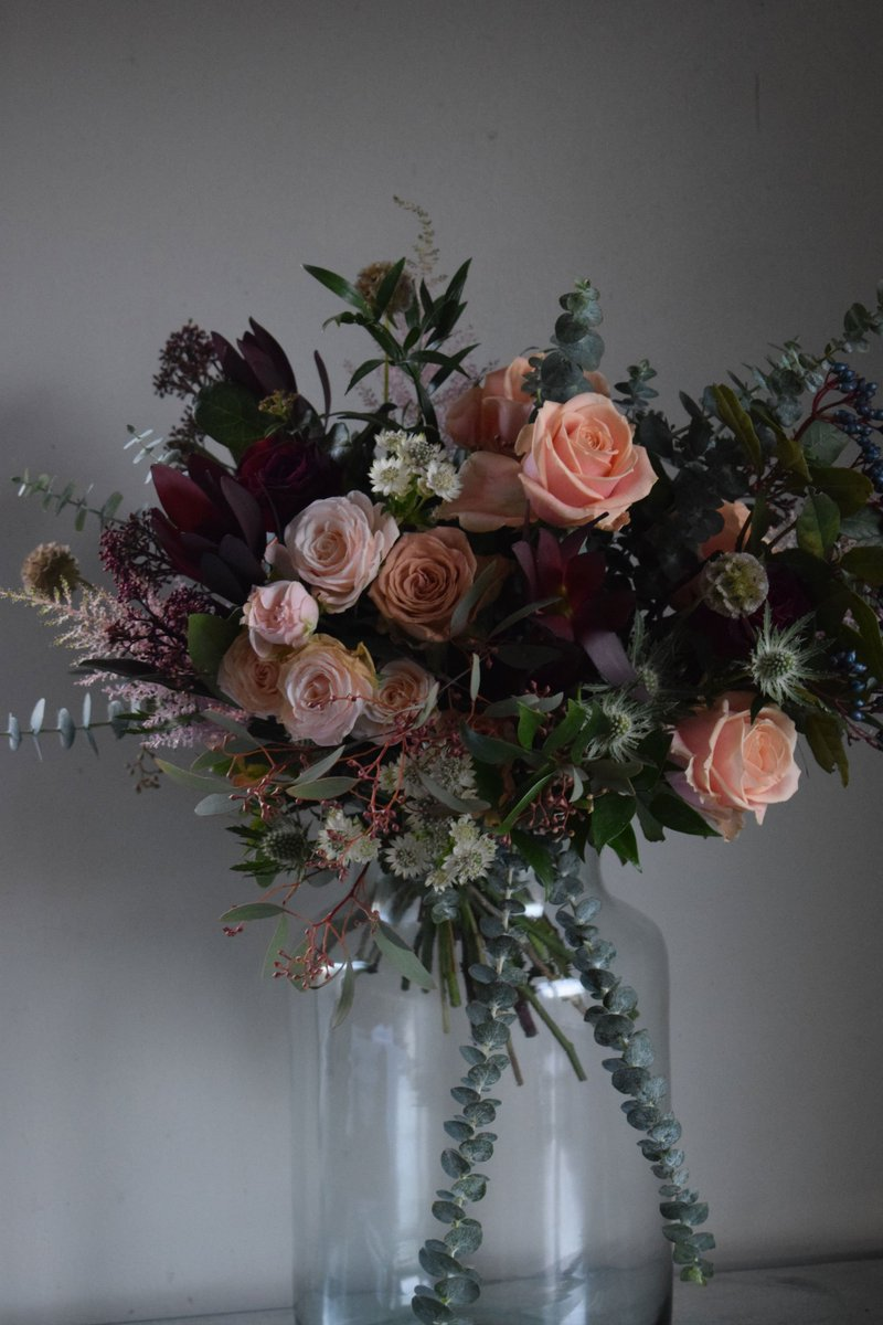 RT @MirandaHackett What a finale for 2016, yesterday's wedding @LoseleyPark Here the bride's bouquet of muted pinks, peaches, cappucino and deep red roses