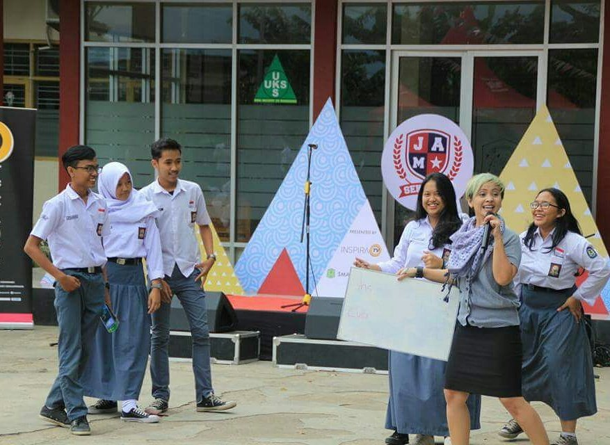 Look at the fun that these students at SMAN 25 were having at Jam Sekolah with Intan from TBI Riau Bandung.#tbinfo