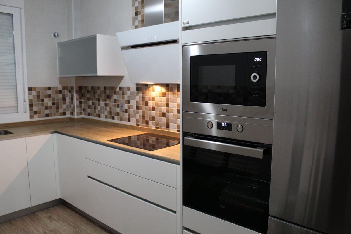 Cocinova on twitter preciosa cocina blanca que combina - Cocina blanca encimera madera ...