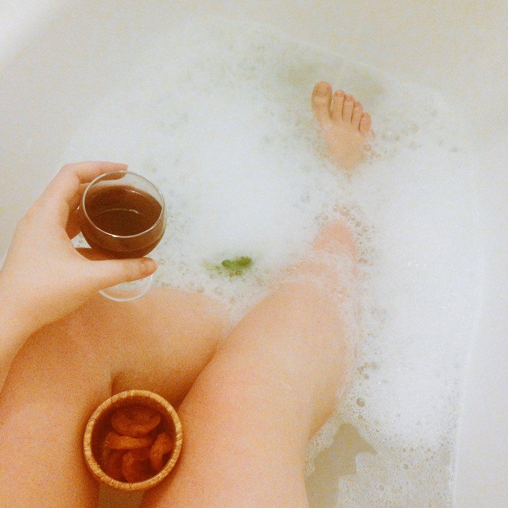 Днем, картинки девушка с бокалом вина в ванной