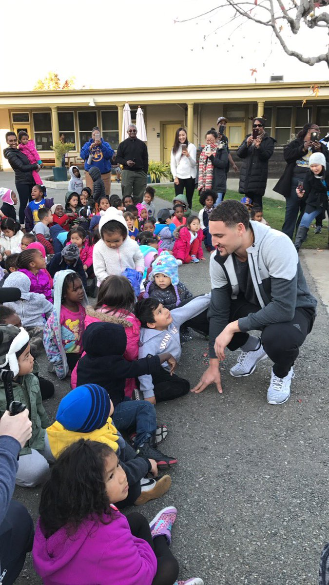 .@KlayThompson surprises kids in Oakland with some holiday gifts #SantaKlay #TeamWass https://t.co/yxJhBM32Ol