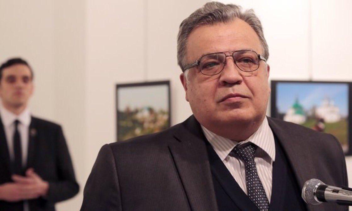Nella foto l'ambasciatore russo Andréi Kárlov e dietro il suo assassinio Mert Altintas