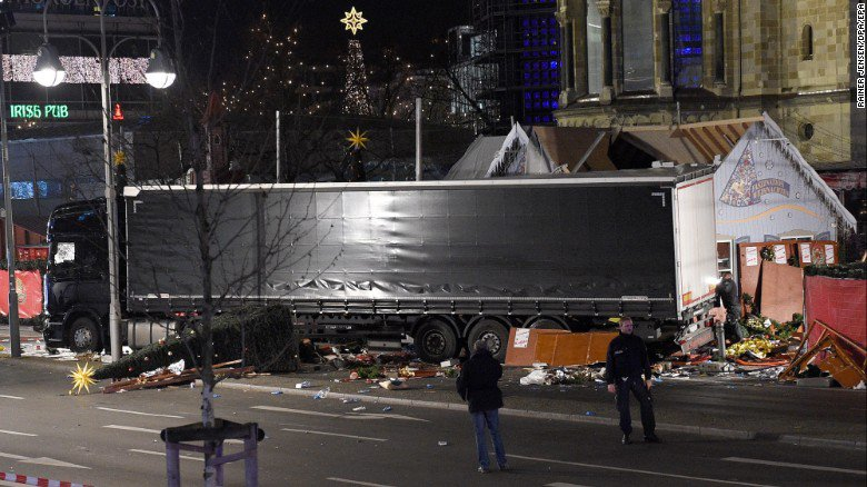 Camion su Mercatino di Natale, forse attentato a Berlino in Germania
