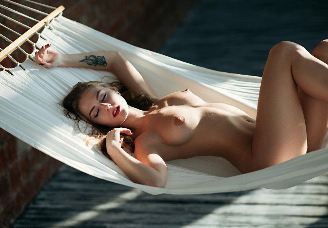 смотрел, необычайно сексуальная девчонка совсем голая настоящее время